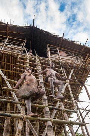 new guinea: ONNI VILLAGE, Nuova Guinea, Indonesia - JUNY 24: trib� persone Korowai in una scala per la casa tradizionale Koroway appollaiato su un albero sopra la terra, Western Papua, ex Irian-Jaya, Indonesia
