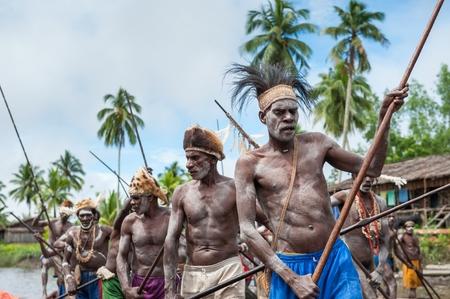 Nuova Guinea: INDONESIA, Irian Jaya, ASMAT PROVINCIA, JOW VILLAGE - 28 giugno: Canoa cerimonia guerra di Asmat persone. Headhunters di una trib� di Asmat. Nuova Guinea, Indonesia. 28 Giugno 2012 Editoriali