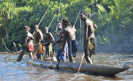 Nuova Guinea: INDONESIA, Irian Jaya, ASMAT PROVINCIA, JOW VILLAGE - 23 GIUGNO: Canoa cerimonia guerra di Asmat persone. Headhunters di una tribù di Asmat. Nuova Guinea, Indonesia. 23 Giugno 2016