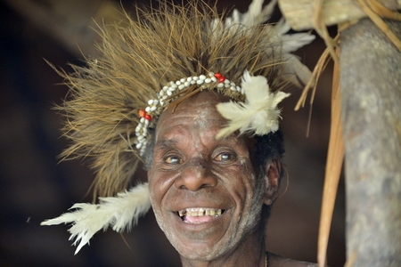 new guinea: YOUW VILLAGE, ATSY DISTRICT, ASMAT REGIONE, Irian Jaya, Nuova Guinea, Indonesia - 23 maggio, 2016: Uomo sorridente della tribù di Asmat persone nella pittura del viso rituale. Nuova Guinea. 23 maggio 2016 Editoriali