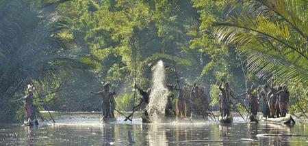 new guinea: INDONESIA, Irian Jaya, ASMAT PROVINCIA, JOW VILLAGE - 23 GIUGNO: Canoa cerimonia guerra di Asmat persone. Headhunters di una tribù di Asmat. Nuova Guinea, Indonesia. 23 Giugno 2016