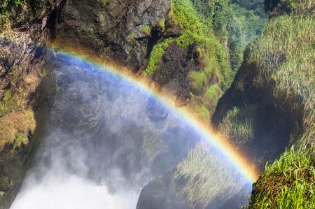 머치 슨 폭포의 꼭대기에있는 나일강은 암석의 틈을 통해 7 미터 (23 피트)의 폭으로 흐르고 43 미터 (141 피트)가 넘어 서쪽으로 앨버트 호