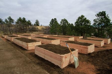 16 nette nieuw bereide gehesen tuin bedden met een schop Stockfoto