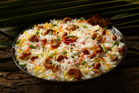 Indian mutton biriyani  on a wooden table. Imagens
