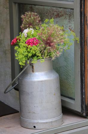 countrylife: nostalgic milk can with flowers