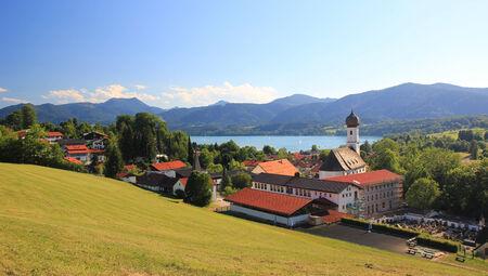 여름에는 헬스 리조트 Gmund am Tegernsee에 대한 파노라마 전망