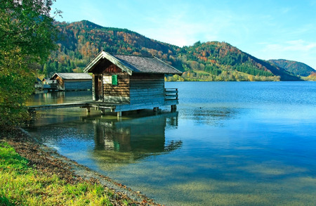 Schliersee mit Bootshaus, herbstliche Landschaft Deutschland