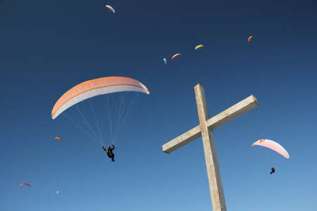 parapendio: group of paragliders, floating above mountain cross