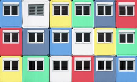 Vielzahl von gestapelten vorübergehend Wohncontainer, in verschiedenen Farben getönt
