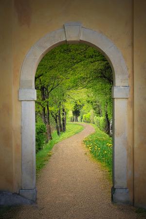 Gehweg durch gewölbte alte Tür, mystische Stimmung Lizenzfreie Bilder