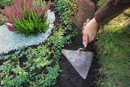 重大な栽培とメンテナンス、こてで滑走の庭師 写真素材