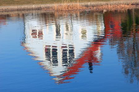cabeza abajo: casa de la familia, lo que refleja en un estanque al revés Foto de archivo