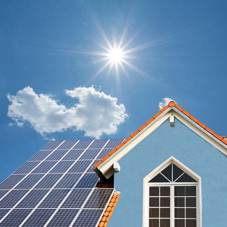 현대 새 건물, 태양 전지, 푸른 앞과 밝은 햇빛과 옥상 스톡 콘텐츠