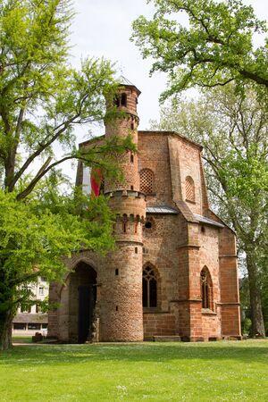 cappella: Abadía medieval antiguo y árbol de ginkgo Mettlach Alemania