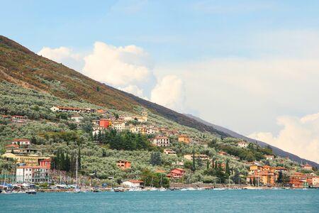 paisaje mediterraneo: paisaje mediterráneo a orillas del lago de Garda, cerca del pueblo de Brenzone, Italia Foto de archivo