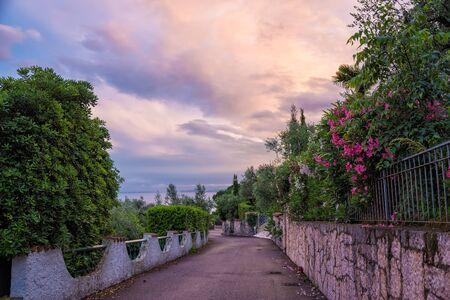 paisaje mediterraneo: paisaje puesta de sol en el paisaje mediterráneo, calle hasta el Lago de Garda, Italia