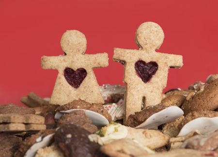 galletas integrales: par de galletas de Navidad, galletas integrales hechas a mano, fondo rojo. enfoque seleccionado.
