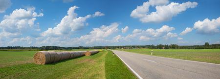 건초 bales 및 시골 길, 파노라마 크기 시골 풍경 스톡 콘텐츠