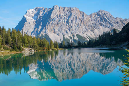 Zugspitze mountain mass reflecting in the lake Seebensee. hiking destination near Ehrwald. austrian tourist resort and landscape. 免版税图像