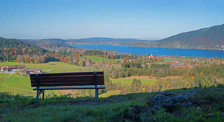 lookout point with bench, lake view tegernsee bavarian landscape in autumn 免版税图像