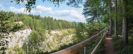 hiking trail around stone quarry Grosser Pfahl, natural heritage Viechtach, bavarian forest 版權商用圖片 - 156648760