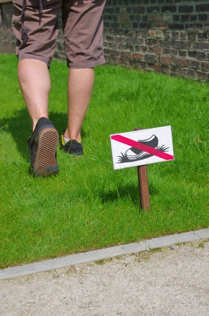 undisciplined: Man does not respect the ban on entry on the lawn