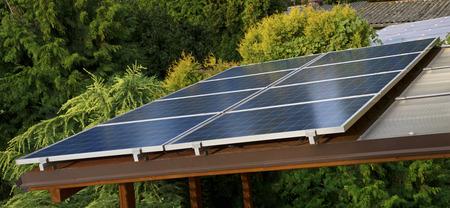 屋根の上にいくつかの太陽光発電パネル 写真素材