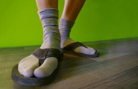 sandalias: Cerca de los pies con calcetines en chanclas