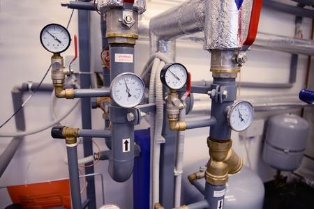 Primo piano di tubi, valvole e manometro del sistema di riscaldamento