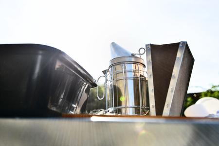 Nahaufnahme von Raucher . Imkerei Werkzeug für die ruhige Bienen verwendet Standard-Bild - 91697537