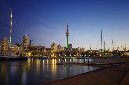 Schöne Nachtansicht von Auckland-Stadt in Neuseeland. Standard-Bild - 91537393