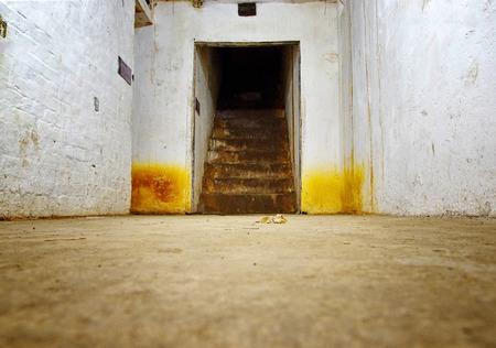 Schmutziger und gruseliger verlassener Keller. Keller für militärische Zwecke. Standard-Bild - 91626662