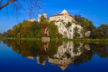 benedictine: Abad�a benedictina en la colina rocosa junto al r�o V�stula en Tyniec cerca de Cracovia, Polonia