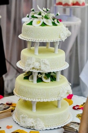 callas: Wedding cake decorated with fondant. Flowers callas. four tiered cake Stock Photo