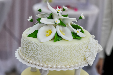 callas: Wedding cake decorated with fondant. Flowers callas Stock Photo