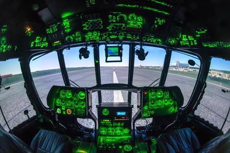 Cabina del simulador de helicóptero. Cabina del simulador de helicóptero Foto de archivo - 52680340