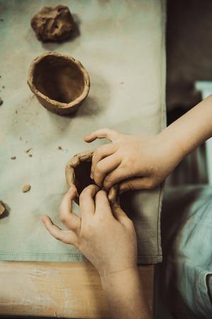 Manos de los niños esculpe la artesanía de arcilla cerámica de la escuela Foto de archivo - 54563214