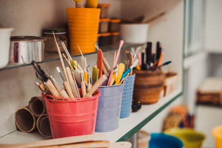 陶器のツールです。陶芸作業室 - ブラシとツールから詳細 写真素材