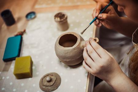 어린이의 손 점토 공예 도자기 학교를 sculpts 스톡 콘텐츠 - 54563838