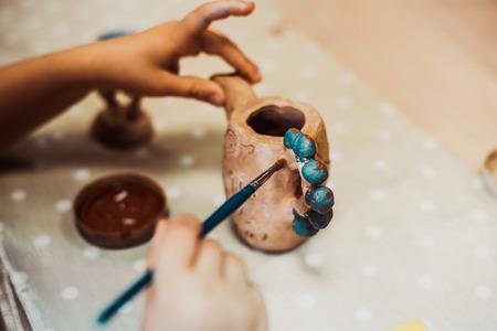 어린이의 손 점토 공예 도자기 학교를 sculpts 스톡 콘텐츠 - 57250738