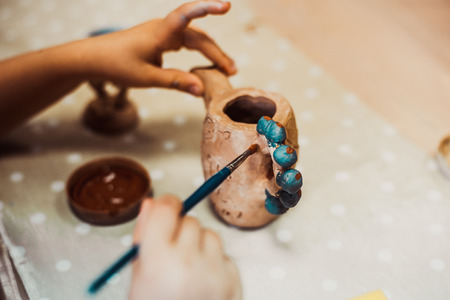 Les mains des enfants sculpte l'artisanat d'argile poterie école Banque d'images - 57250738