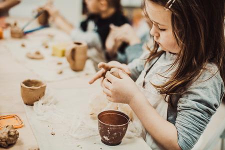 어린이의 손 점토 공예 도자기 학교를 sculpts 스톡 콘텐츠