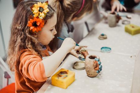 어린이의 손 점토 공예 도자기 학교를 sculpts 스톡 콘텐츠 - 57251860