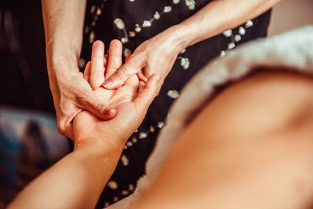 Manos del masaje del terapeuta físico. Masaje de manos Su Jok Foto de archivo - 66680307