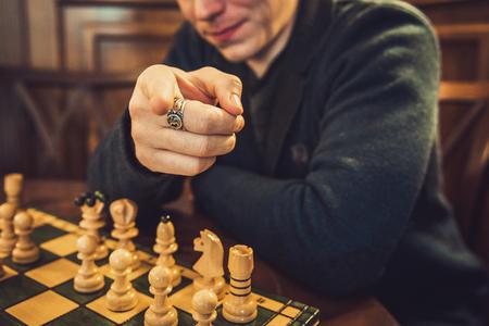 jugando ajedrez: Man playing chess