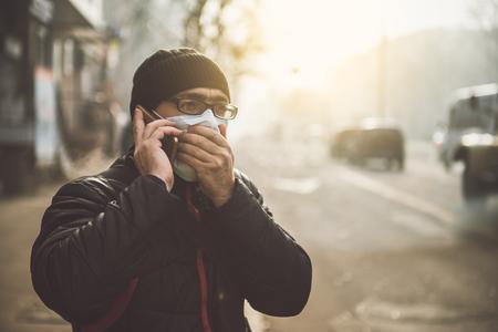 通りでマスクをかぶった男ウイルスおよびグリップに対する保護 写真素材 - 91597426
