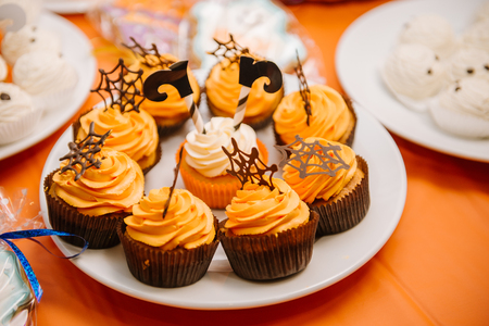 Sweets, treats for the holiday of Halloween. Funny meringue ghosts for Halloween party Stockfoto