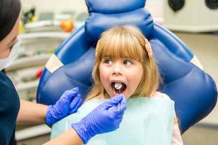 Little girl sitts in the dentists office Stockfoto - 111082540