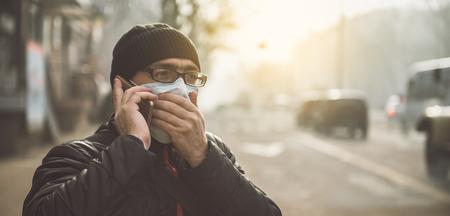 Un hombre con una máscara en la calle. Protección contra virus y agarre