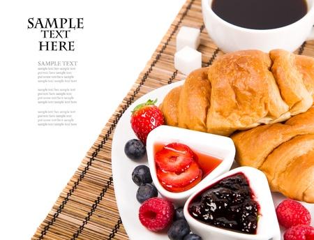 dejeuner: croissant avec le caf�, la confiture et des baies